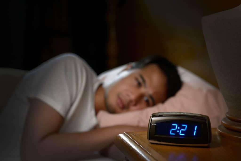 一名男子正在失眠到2時21分
